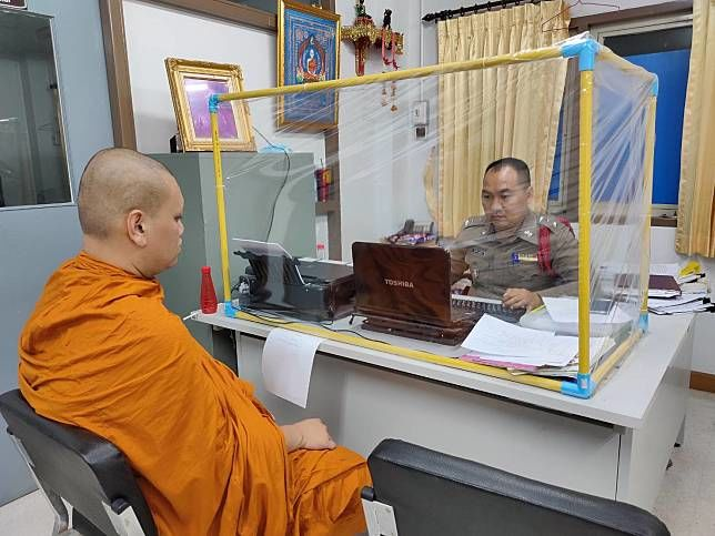 Armed men allegedly steal more than 100,000 baht from Ayutthaya monk | Thaiger