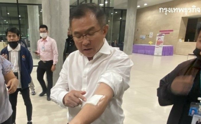 Opposition MP slashes his arm in protest at treatment of anti-government activists | News by Thaiger