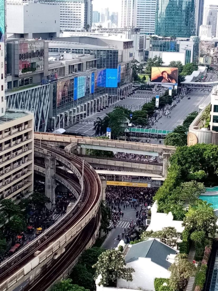 5,000 pack Bangkok's central shopping district to continue the protest | News by Thaiger