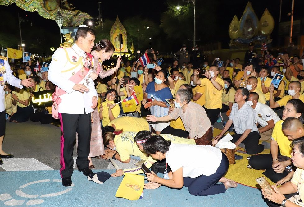 Close encounter of the Royal kind - Thai King and Queen stop to praise a royal supporter   News by Thaiger
