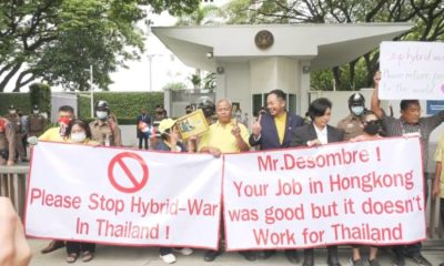 """Royalists rally at US Embassy, call on Americans to stop """"interfering"""" with Thai politics 
