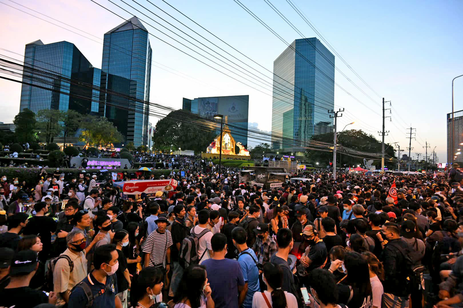 An explosion and gunshots fired at last night's protest outside the Siam Commercial Bank HQ   News by Thaiger