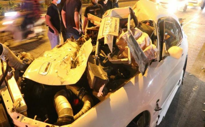 Man killed and 2 injured after sports car collides with van in Bangkok | The Thaiger