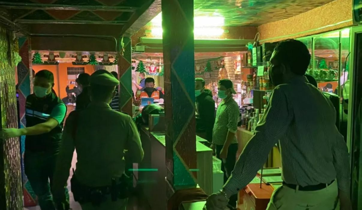 Police raid Bangkok restaurant, more than 80 people face charges for violating Emergency Decree | The Thaiger