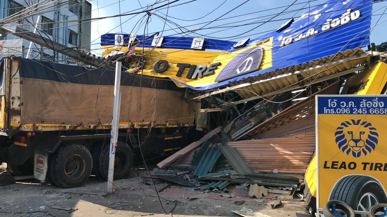 Truck driver crashes into accident scene, severely injuring police officer | The Thaiger