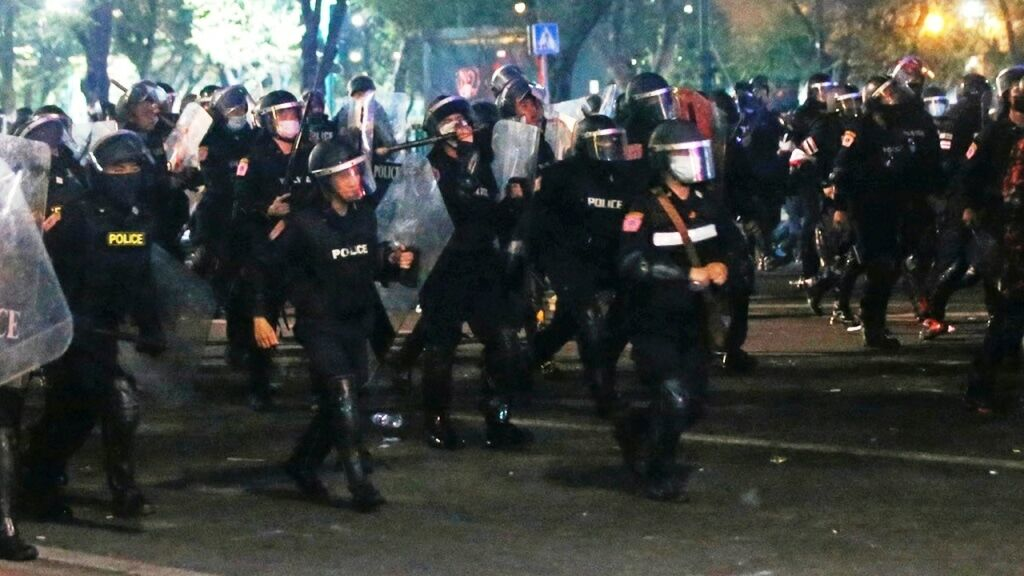 More than 20 police injured in clash with protesters in Bangkok | The Thaiger