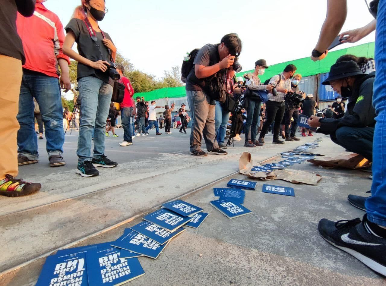 Anti-government Bangkok protest descends into scuffles between activists and police | News by Thaiger