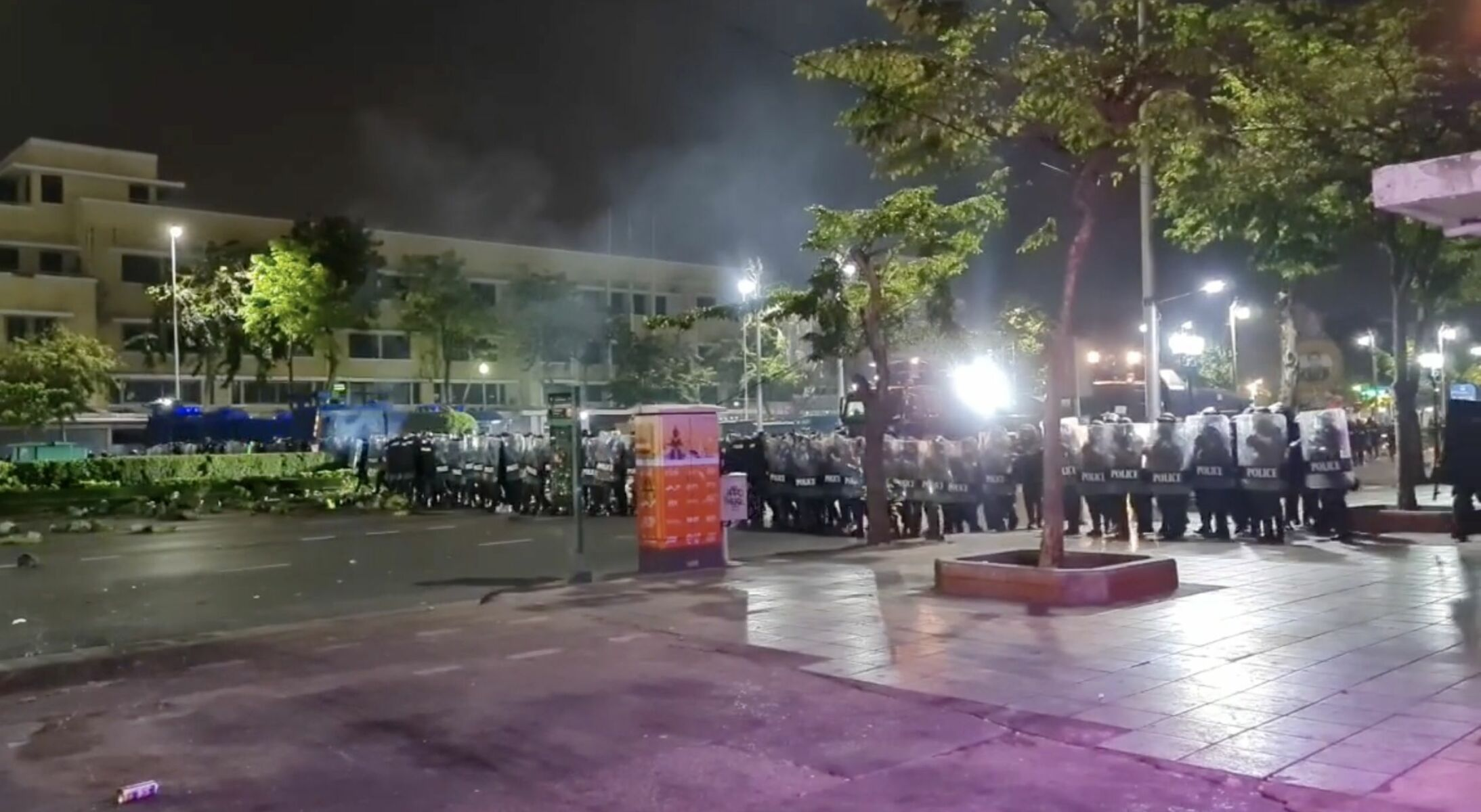 33 people injured and 5 arrested in last night's protests near the Grand Palace in Bangkok | Thaiger