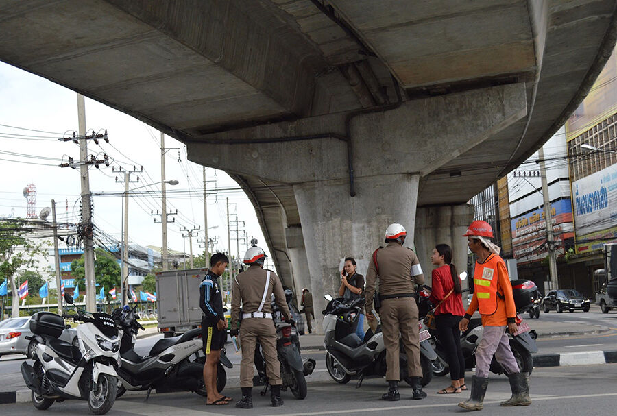 Bangkok roadside checkpoint inspected by deputy police chief on first night   Thaiger