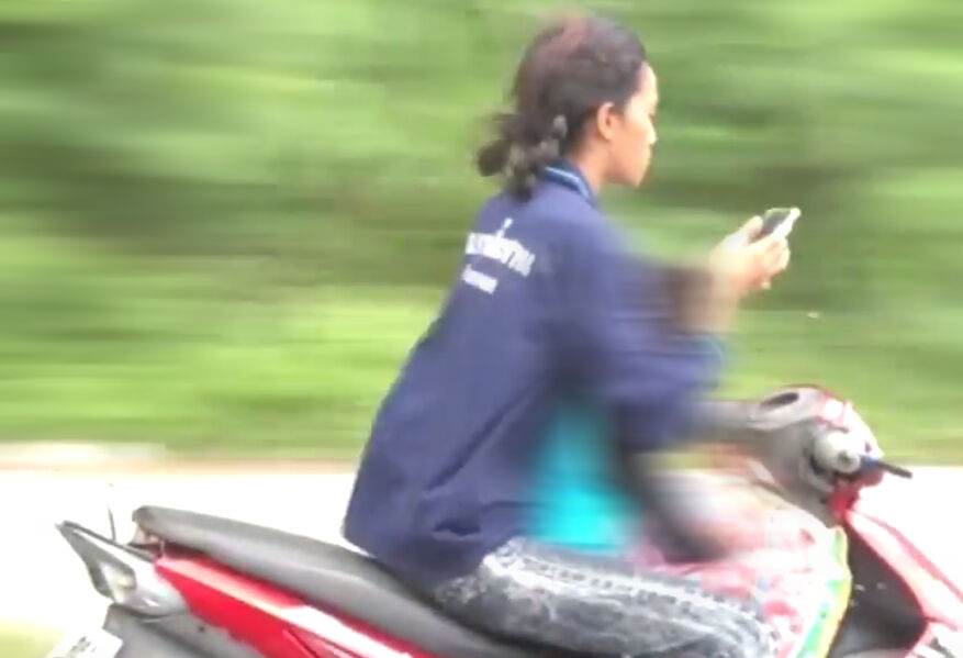 Teen crashes motorbike into parked car while looking at phone | Thaiger