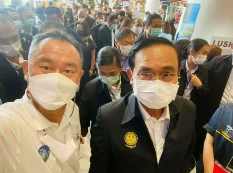 Thai Prime Minister Prayut and Surin Chamber of Commerce, Veerasak Pisanuwong, take a selfie together.