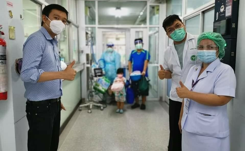 Photo of 3 year old Covid patient caring for infected father in ICU goes viral   News by Thaiger