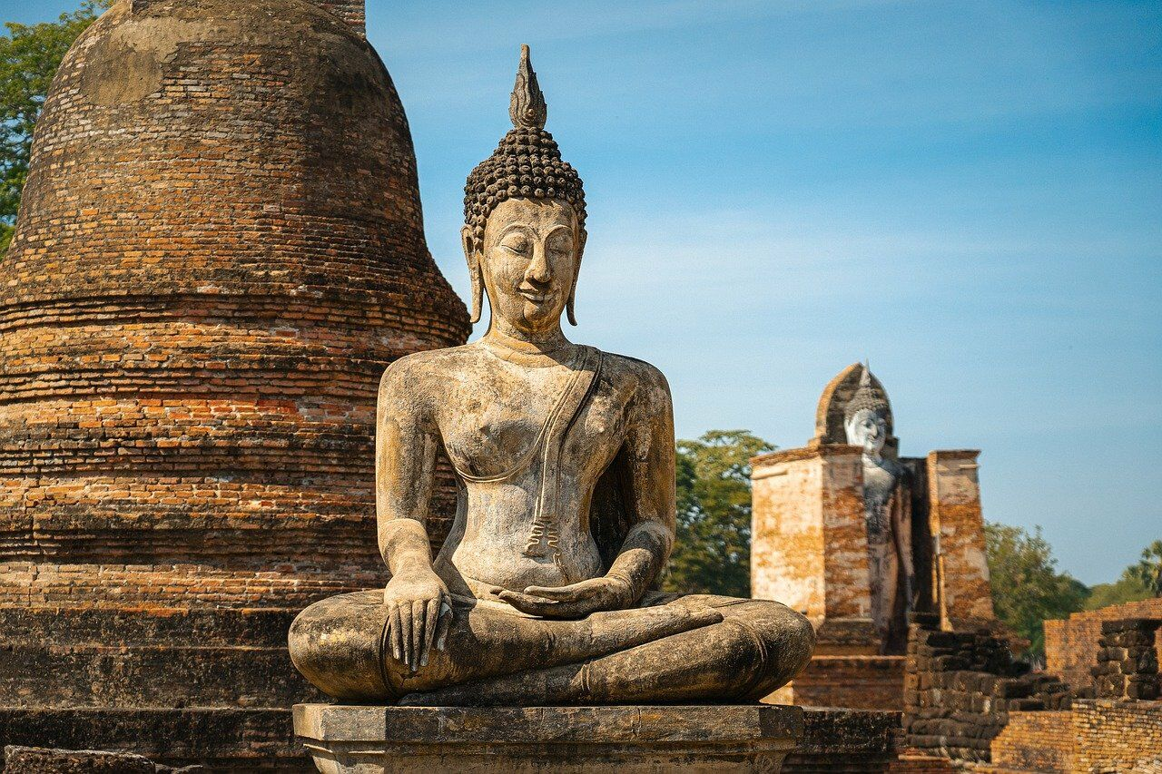 Buddha Statue. Things you shouldn't do in Thailand