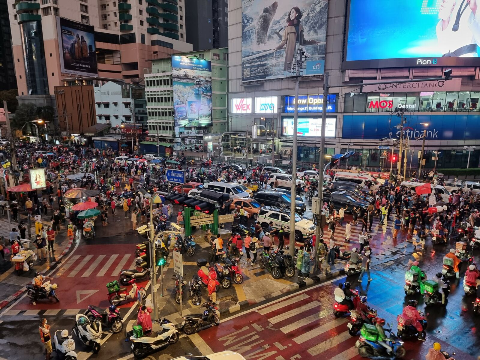 Protesters at Bangkok's Asok intersection call on PM Prayut Chan-o-cha to resign | News by Thaiger